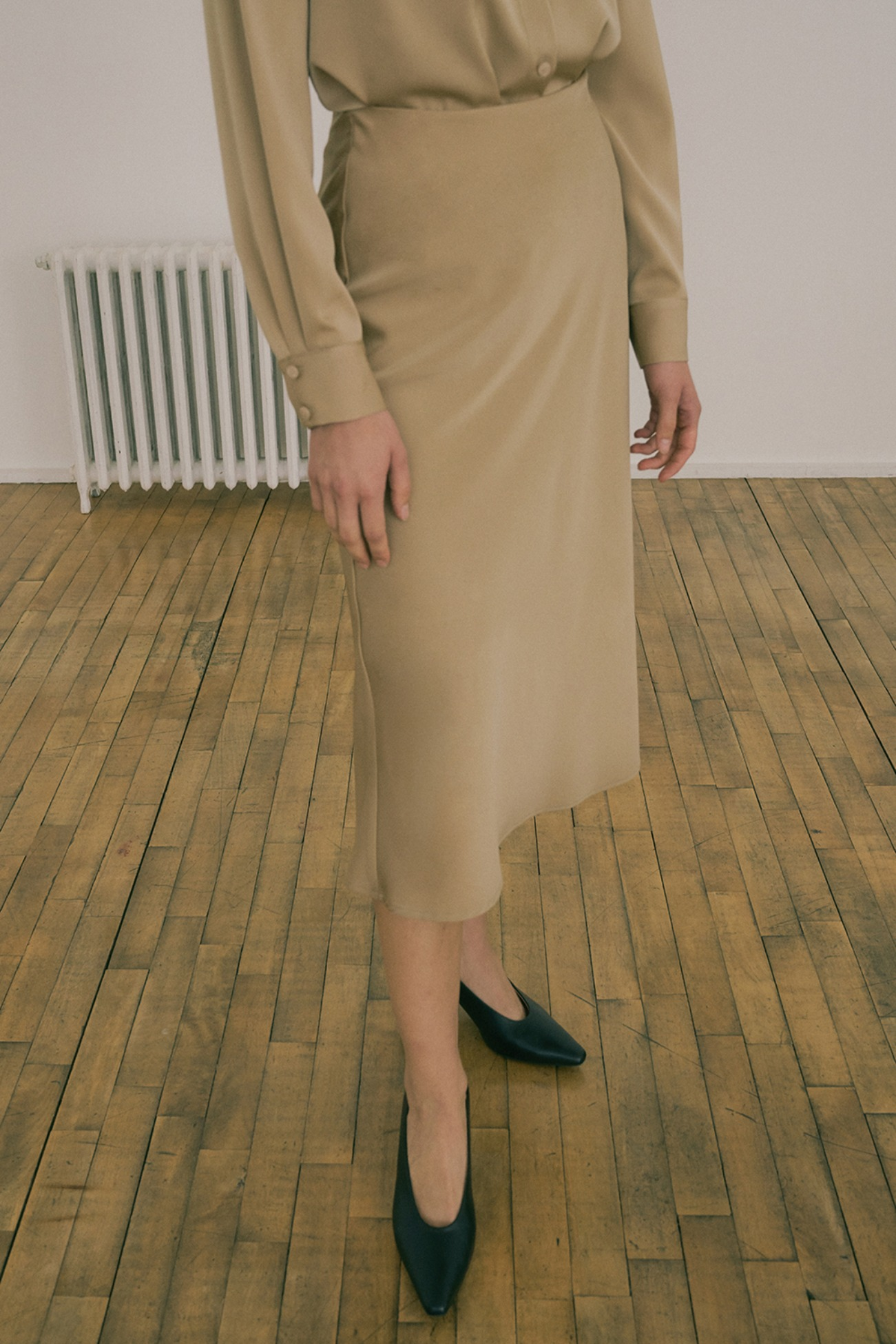 20 FW SATIN SEMI FLARE SKIRT